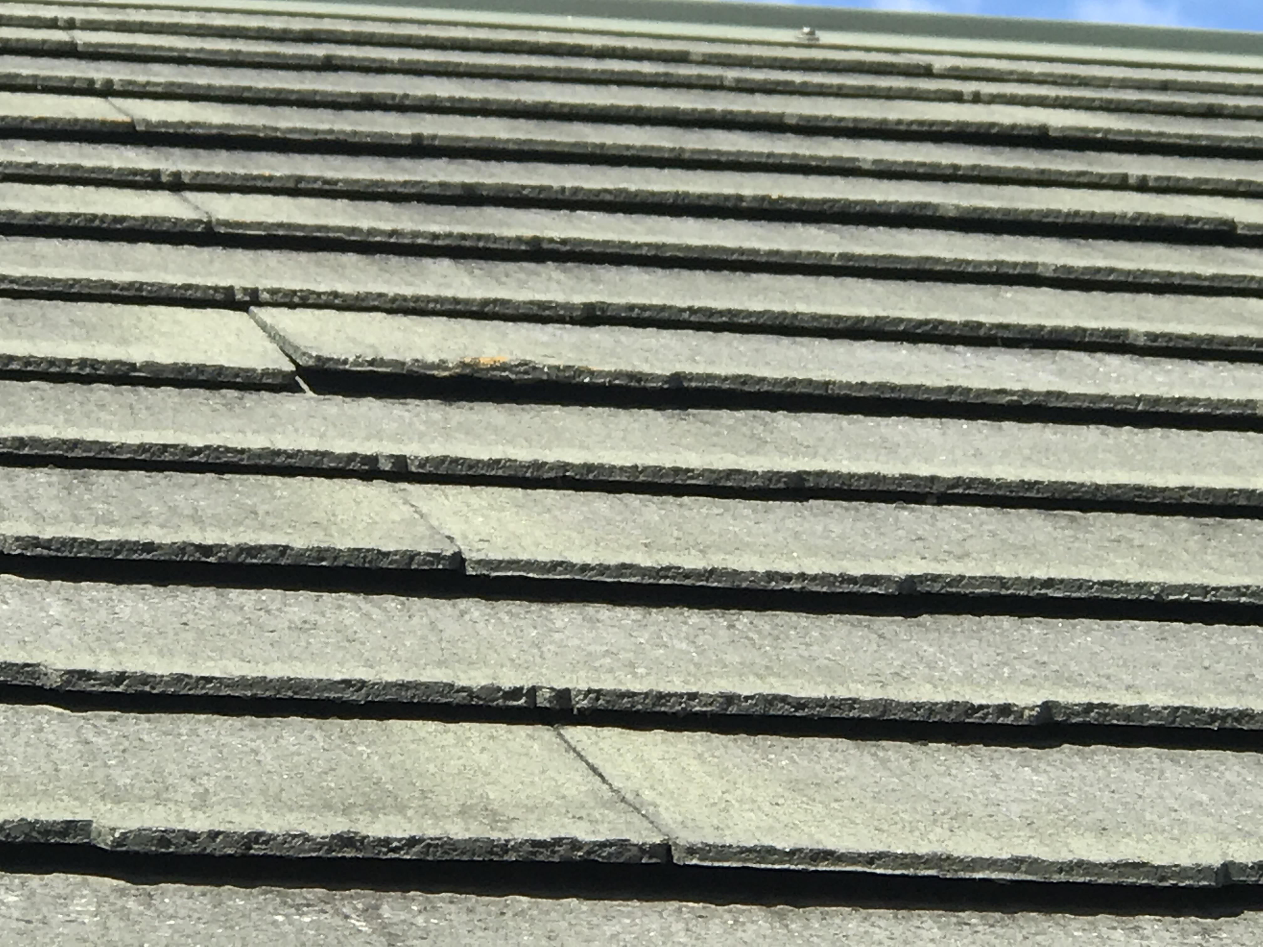 スレート屋根の浮き